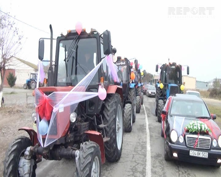 Oğlan qız evinə traktor karvanı ilə getdi