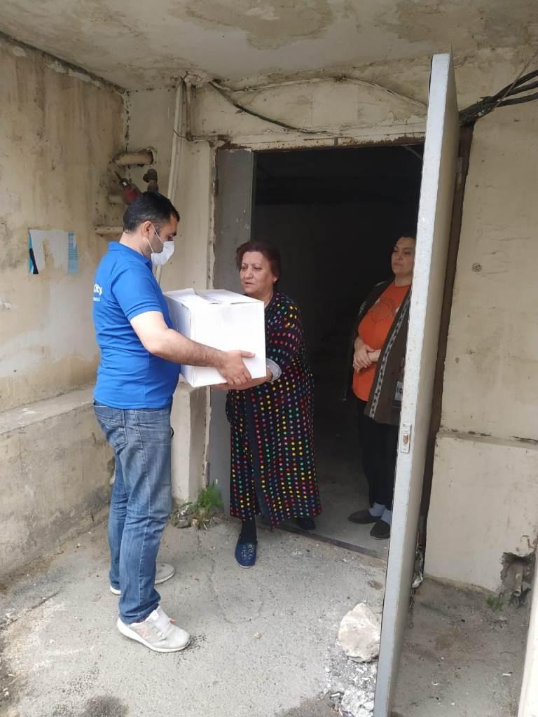Nizami rayonunda ehtiyacı olan ailələrə ərzaq yardımının paylanılması davam etdirilir