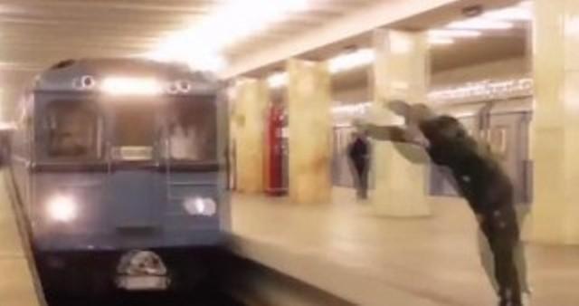 Metroda gənc qız özünü qatar relslərinin üstünə atıb