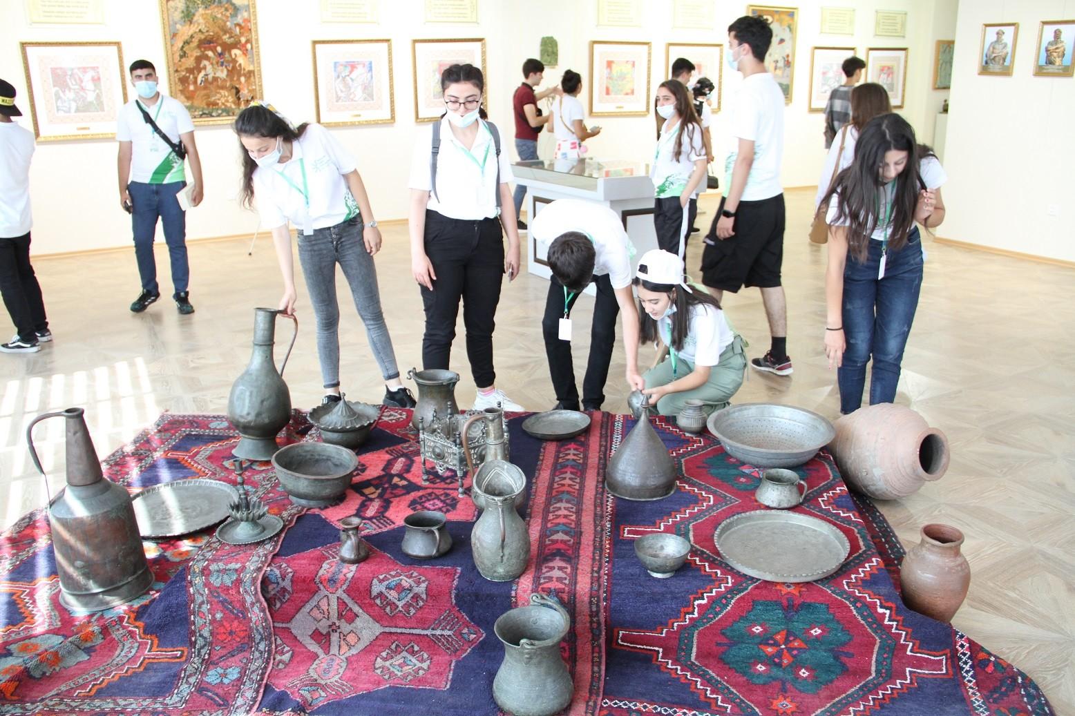 Nizami Gəncəvi yaradıcılığında aqrar motivlər mövzusunda mühazirə dinləyib