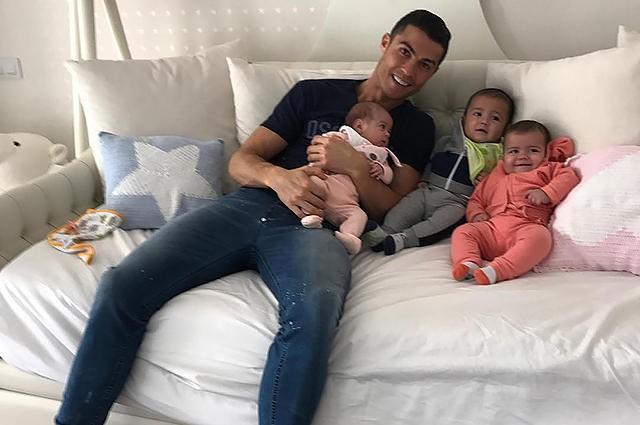 Ronaldo milad bayramını körpələri ilə birgə...